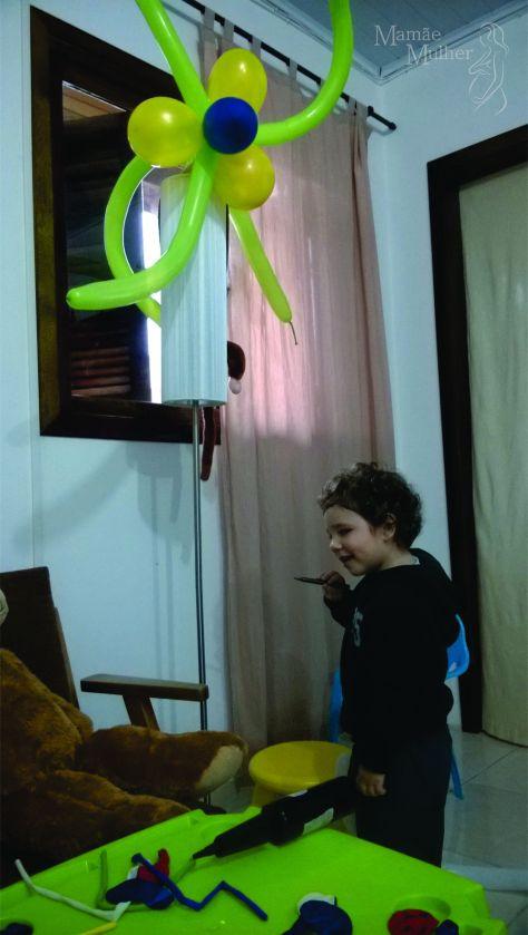 Thomasinho pintando baloes